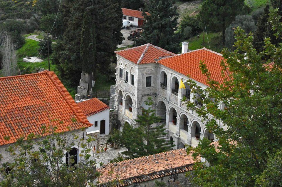 Das Kloster des Heiligen Kreuzes - Fotos der beeindruckenden Gebäude des Klosters